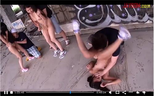 捕まったら即レイプ!全裸の少女達が賞金賭けて無人島でサバイバル!