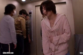 エレベーターの中で美女が男たちに