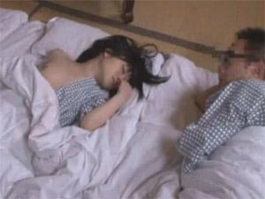 娘の無防備な寝姿に発情した父