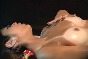 日焼け肌の美乳女子大生が媚薬を盛られて