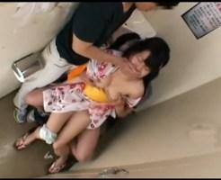浴衣少女を公衆便所でレイプ