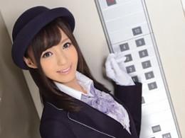 噂の美人のエレベーターガールと…