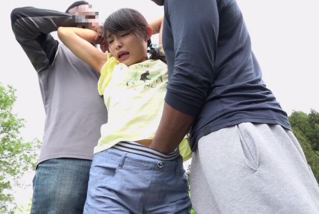 幼い少女に襲い掛かる黒人グループ